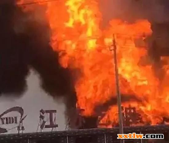 江苏扬州高邮一化工厂发生爆炸 现场火光冲天
