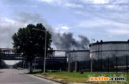 南京一化工厂冒起浓烟 消防20分钟扑灭火情