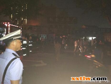 加油站旁油漆厂突发大火 消防紧急救援