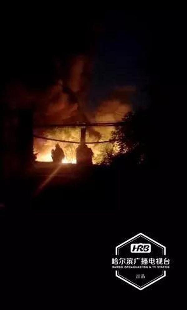 哈尔滨道外区油漆厂院内爆炸起火 现场浓烟滚滚