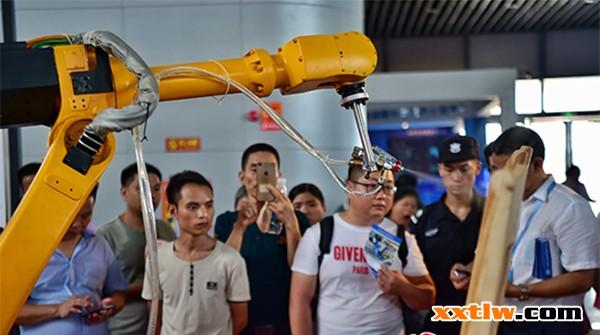 第五届家博会期间,市民正在参观机械自动喷漆