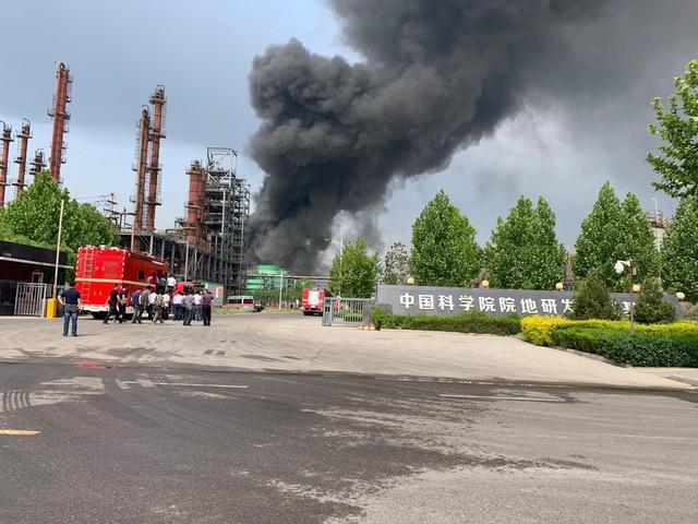 淄博高新区一化工厂区突发火灾,现场浓烟滚滚(图)